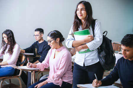 groupe d'étudiants en cours de français en vacances linguistiques