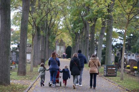 famille dans un cimetière à la Toussaint