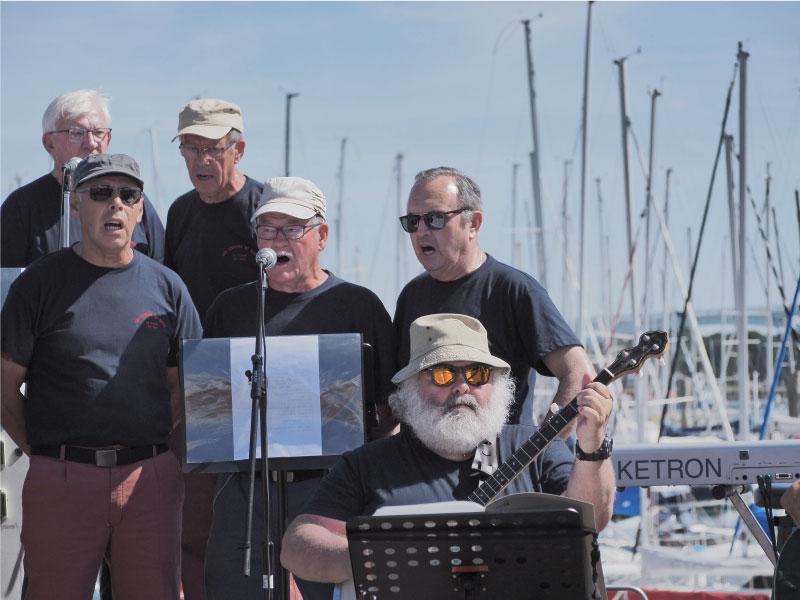 choeurs bretons chantant sur un quai