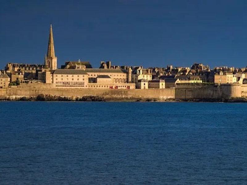 vue sur Saint Malo depuis la mer