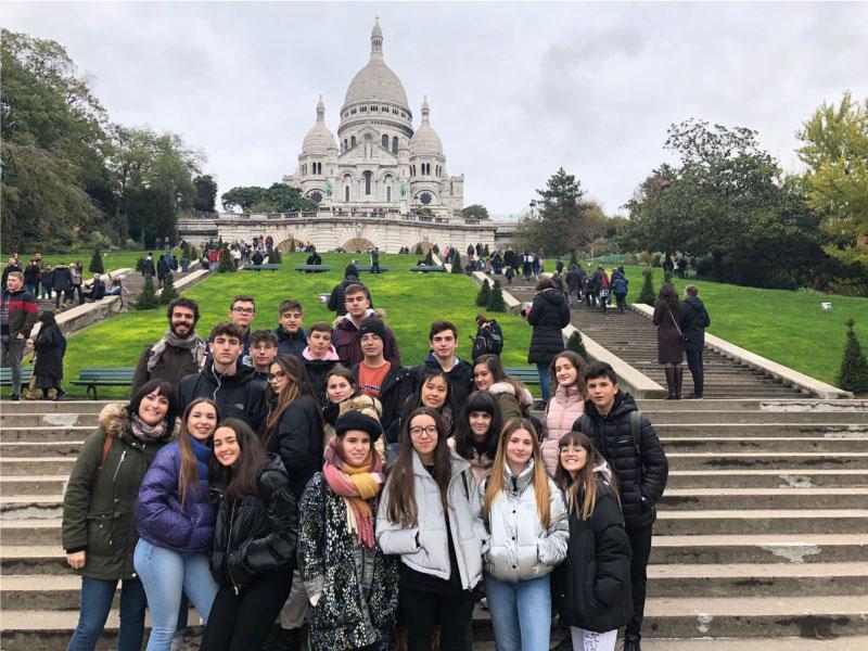 groupe d'étudiants étrangers - séjour avec vacances actives linguistiques devant le Sacré Coeur